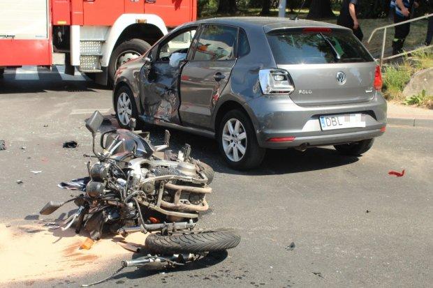 21-latek i 17-latek ranni po zderzeniu auta z motocyklem