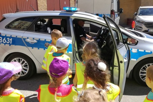Przedszkolaki z Brzeźnika odwiedziły bolesławieckich policjantów