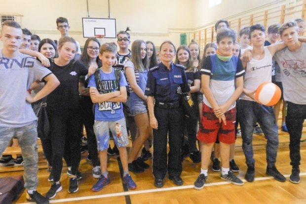 Policjanci przypominają dzieciom i młodzieży, jak bezpiecznie spędzić wakacje