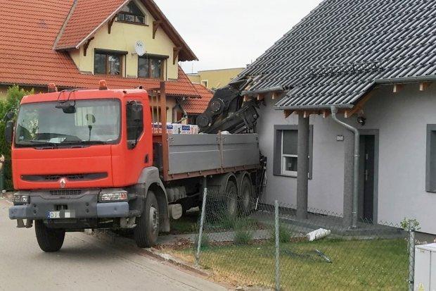 Ciężarówka wjechała w budynek na Ceramicznej