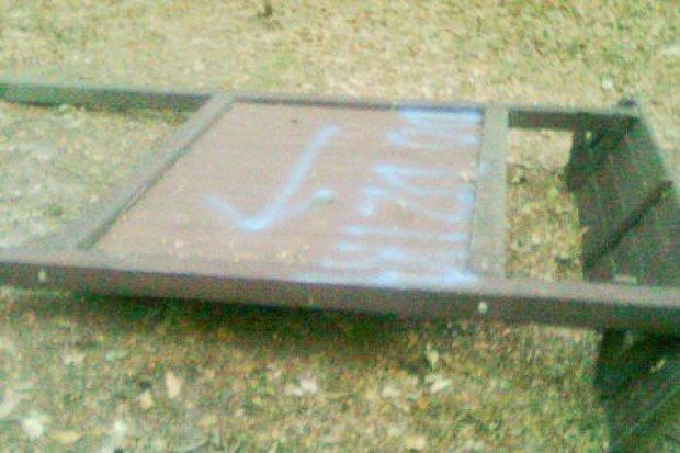 Wandale zniszczyli tablice w lasku przy Jeleniogórskiej