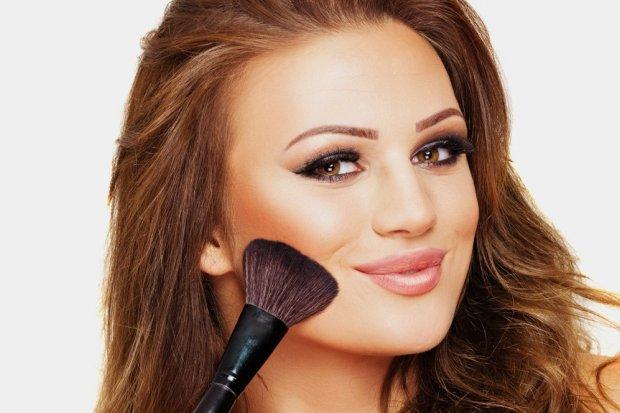 Strobing, czyli jak zrobić makijaż rozświetlaczem?