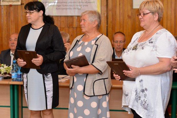 Przedstawicielki wiosek tematycznych z dyplomami od starosty