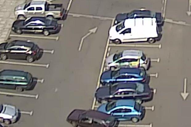 Wideo z monitoringu: chamsko przerysował auto i nawet się nie zatrzymał