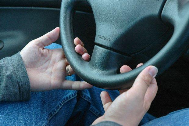 Kierowca z zakazem i po dragach zatrzymany. Jechał bez pasów i z komórką przy uchu