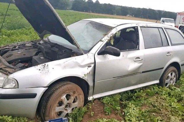 Dachowanie auta w Lubkowie – dwie osoby ranne