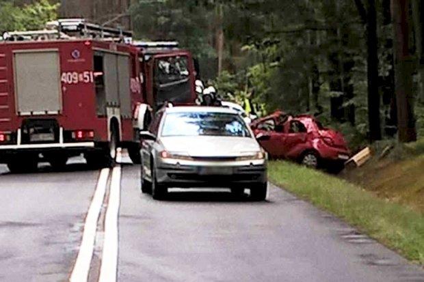 Wypadek koło Parowej – kobieta jest ciężko ranna. Wezwano śmigłowiec