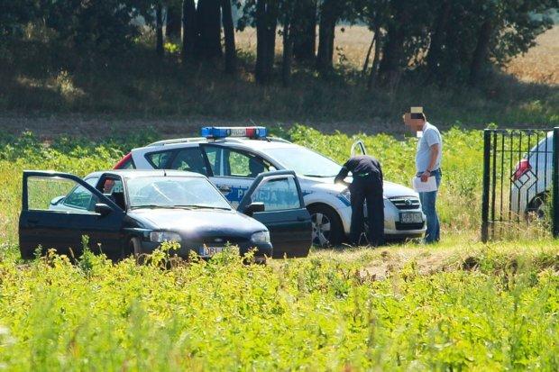 Porzucone auto na polu koło Łazisk