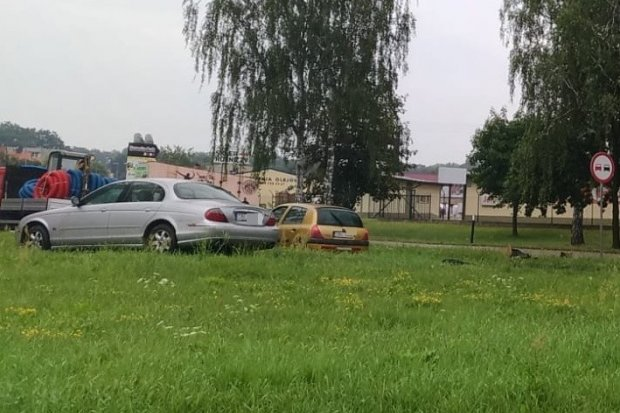 Kolizja Volkswagena z Jaguarem koło wiaduktu