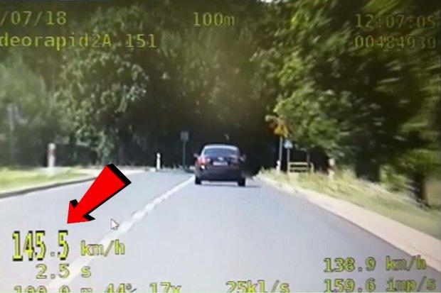 Zasuwał w Godzieszowie z prędkością 145 km/h. Stracił prawko