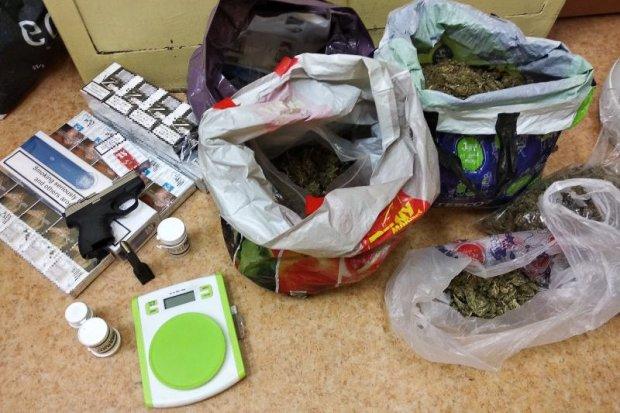 19-latek wpadł z dużą ilością narkotyków, nielegalnymi fajkami i pistoletem gazowym