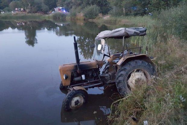Mężczyzna został potrącony przez traktor, który zsunął się do stawu