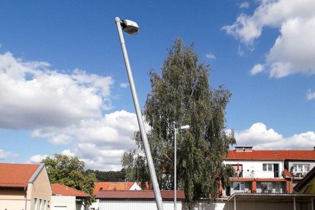 Niebezpieczna latarnia przy Biedronce