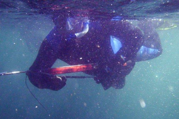 Kolejny kłusownik pływał z kuszą na Krępnicy