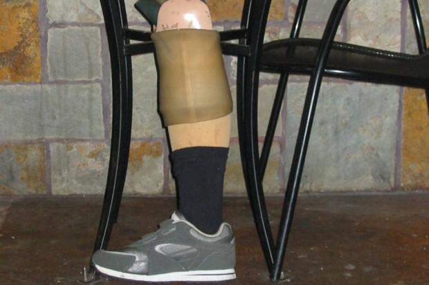 Kompletnie pijany 62-latek siadł za kółko. Protezę nogi założył na… rękę