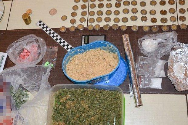 Diler wpadł z 4 tysiącami porcji różnych narkotyków i 300 tabletkami ecstasy