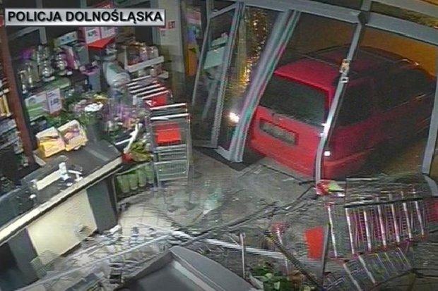 Znów staranowali autem Dino w Wykrotach. Naśladowcy aresztowanych złodziei?