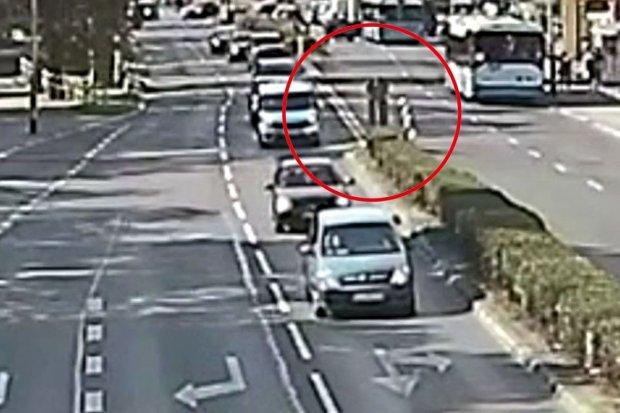 Schorowana staruszka utknęła między pasami jezdni, pomógł jej dzielnicowy