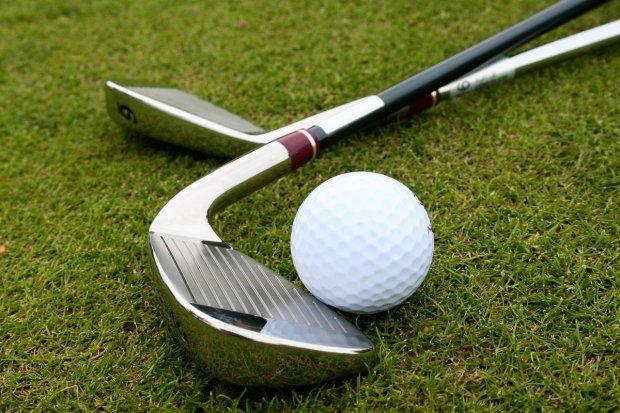 Przyłożył kijem do golfa pijanemu natrętowi. Bo ten... uderzył jego kobietę