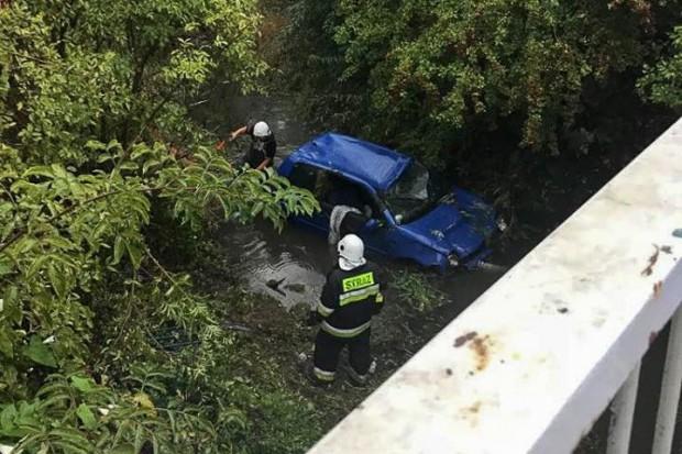 Zleciał z mostu i dachował. 15-latka lekko ranna