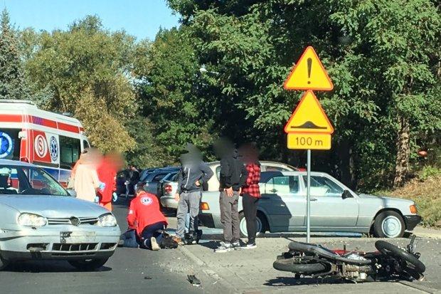 Wypadek na Śluzowej. 40-letni motocyklista ranny