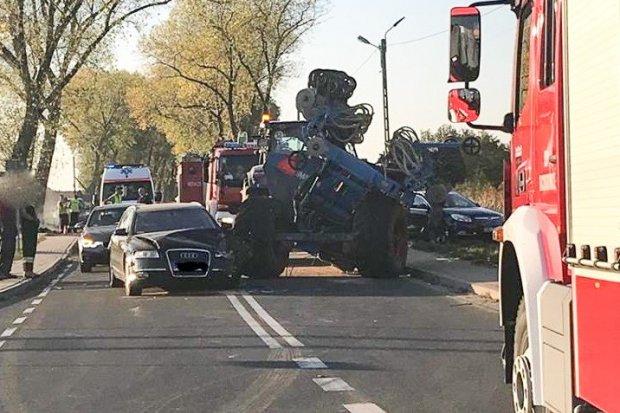 Zderzenie ciągnika z autem w Iwinach. 28-latek ranny