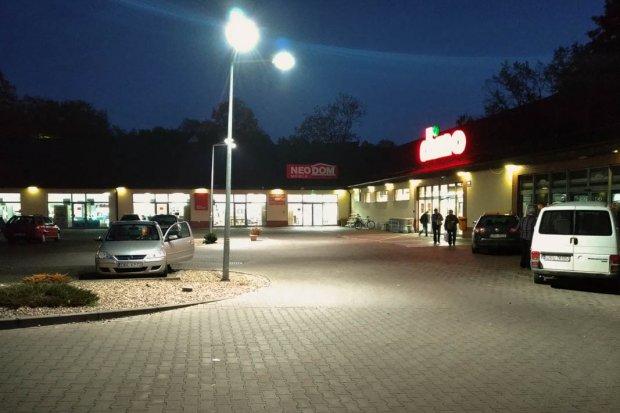 Oświetlenie przed sklepem Dino w Bolesławcu już działa