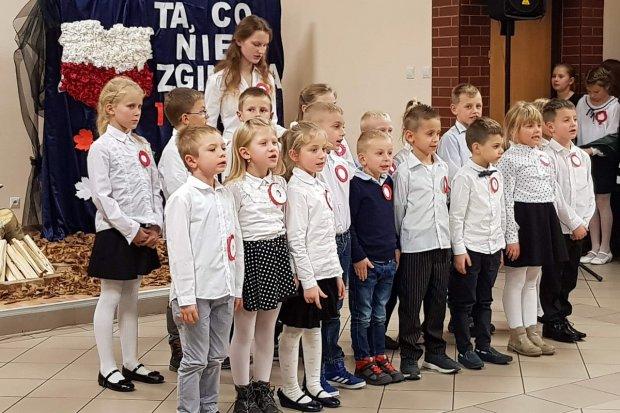 SP w Szczytnicy: apel z okazji 100 Rocznicy Odzyskania przez Polskę Niepodległości