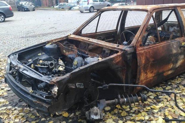 Spalony wrak straszy przy cmentarzu