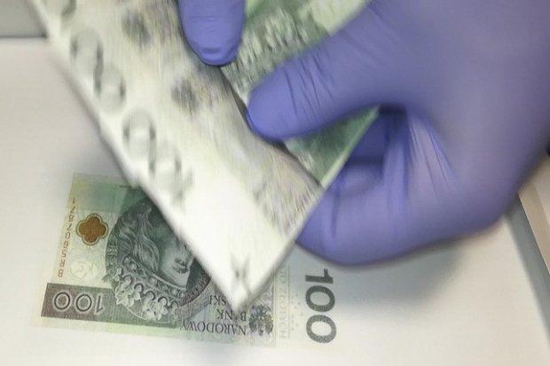 Oszuści zapłacili fałszywym banknotem i szantażowali drukarza