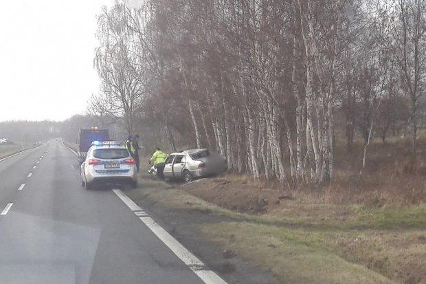 Kompletnie pijany kierowca mercedesa wjechał do rowu