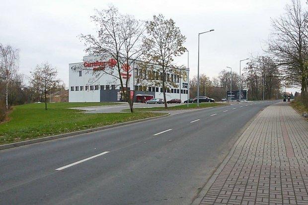 Brak chodnika i przejścia dla pieszych koło Carrefoura przy Śluzowej