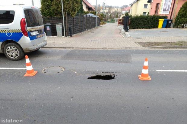 Zapadł się asfalt na Kosiby! Uważajcie