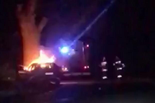 Samochód spłonął po uderzeniu w drzewo