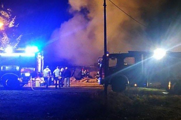 Spłonął budynek w Raciborowicach. Pies zginął, do kobiety wezwano karetkę