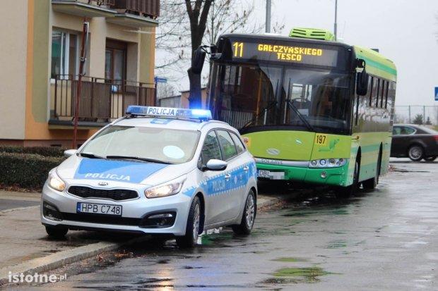 Kierująca volkswagenem zderzyła się z autobusem MZK, dostała 300 zł mandatu