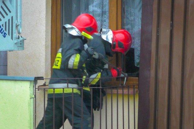 Akcja strażaków na Wańkowicza, musieli wyłamać okno