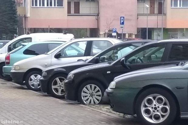 Mieszkańcy Bielskiej nie mają gdzie parkować. Powód? Klienci Orki