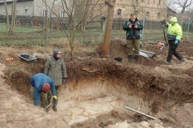 Szczątki 18 niemieckich żołnierzy w masowym grobie w Wierzbowej