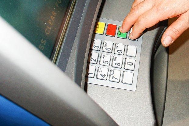 Policja ostrzega przed kodami QR na bankomatach