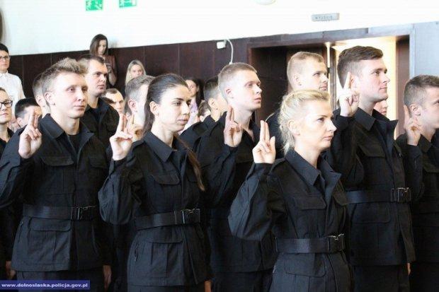 Ponad 80 nowych dolnośląskich policjantów. 4 będzie służyć w KPP Bolesławiec
