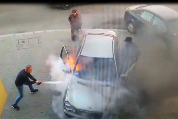 Pożar auta w centrum i wzorowa postawa obywatelska. Zobacz wideo