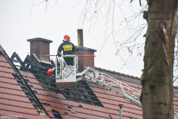 Pożar dachu na Dolnych Młynach. Akcja służb trwała ponad 2,5 h