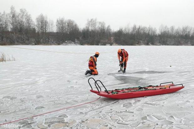 Pod poszkodowanym załamał się lód. Strażackie ćwiczenia za Mrówką