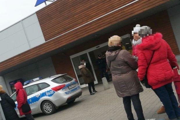 Ewakuacja ludzi z Tesco. Policja sprawdziła market, bomby nie znaleziono