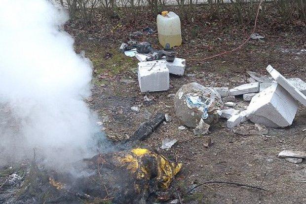 Gryzący problem: bolesławianie nadal spalają śmieci