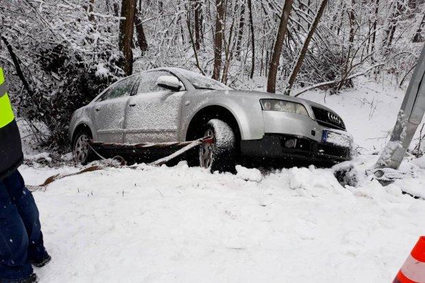 Auto wypadło z drogi między Osiecznicą a Kliczkowem