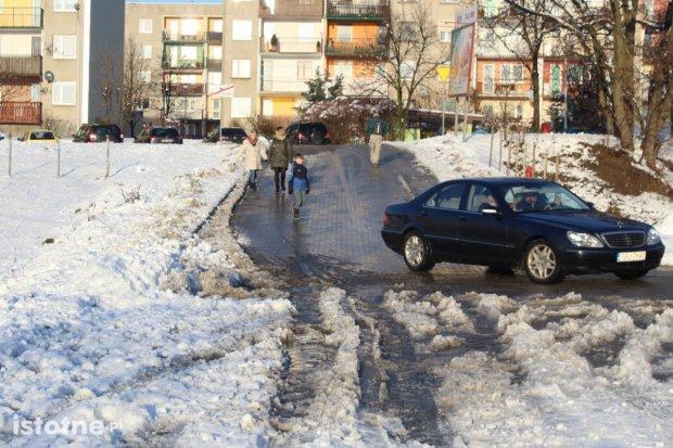 Kto odpowiada za odśnieżanie drogi dojazdowej do Dino i garaży?