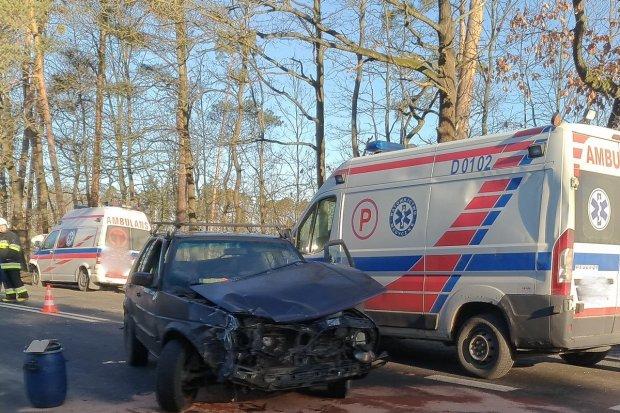 Golf wjechał w ambulans. 25-latek ranny
