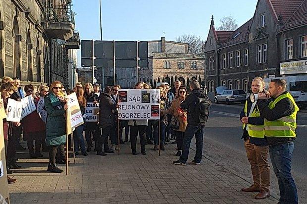 Pracownicy sądów i prokuratur protestują. Mają dość!